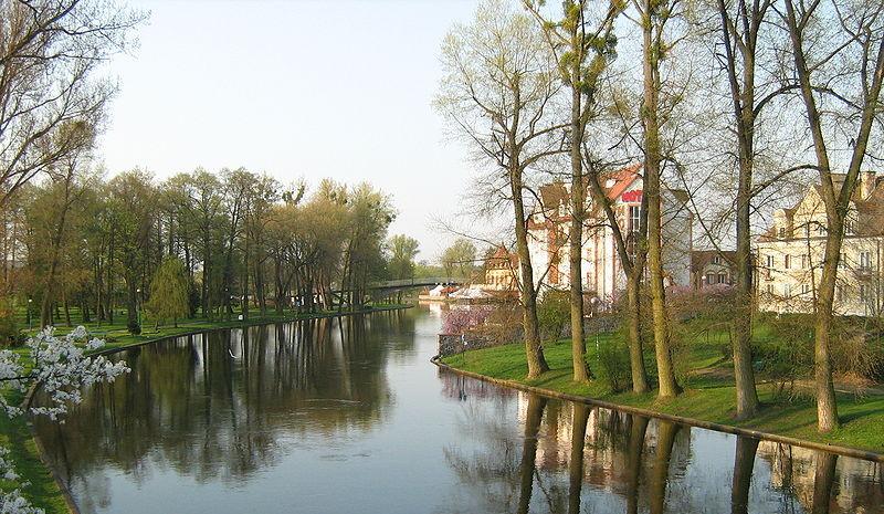 Widok na rzekę Pisę z mostu drogowego w Piszu - fot Renata Falęcka (Wikipedia)