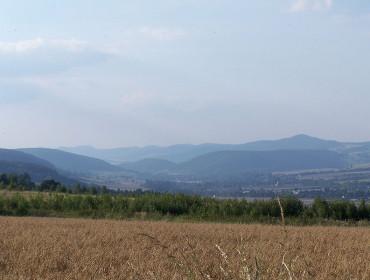 Sudety - Wzgórza Włodzickie ze Wzgórz Ścinawskich. Najwyżasza - Włodzicka Góra (fot. Nejmlez - Wikipedia)
