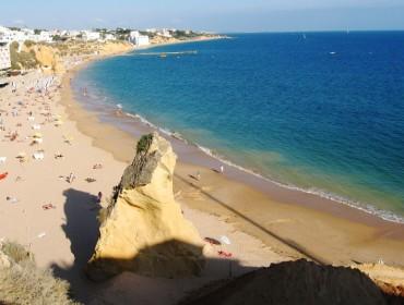 Albufeira -  widok na plażę i miasto
