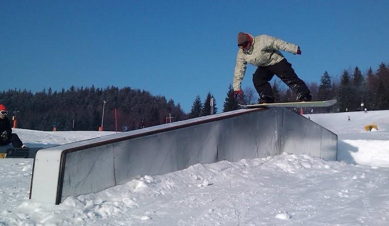 Jeden ze specjalnych boxów do snowboardowych ewolucji w SnowParku w Ružomberoku