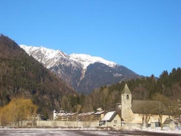 Kościół San Vigilio jest naprawdę pięknie położony u podnóży gór