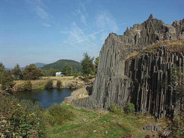 Bazaltowe kolumny tworzące Panską Skalę