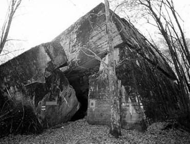 Stare zdjęcie jednego ze schronów w Wilczym Szańcu