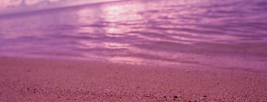 Różowy kolor nadają plaży na Bahamach maleńkie muszelki otwornic. Źródło: www.worldfortravel.com