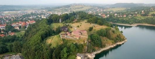 Tama w Dobczycach - po lewej rzeka Raba