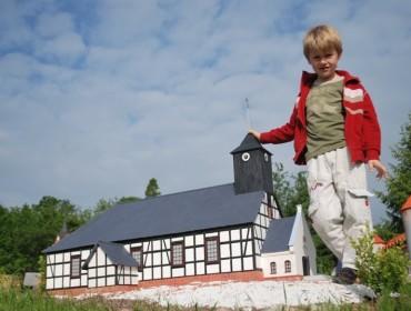 Kaszubski kościół szachulcowy w skali 1:25 w Kaszubskim Parku Miniatur. Źródło: www.kaszubskiparkminiatur.pl