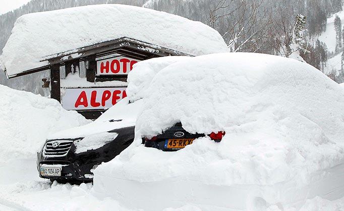 Zimowa wyprawa samochodem w Alpy często może nas wielce zaskoczyć. Źródło: www.thesun.co.uk