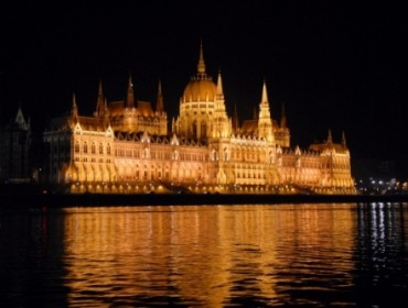 Wspaniale oświetlony budynek Parlamentu w Budapeszcie