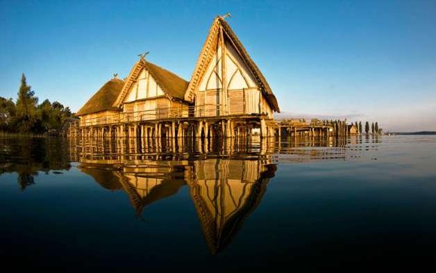 Rekonstrukcje drewnianych osad pięknie odbijają się w Jeziorze Bodeńskim. Źródło: www.worldheritage-lakedwellings.com