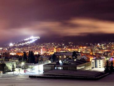 La Chaux-de-Fonds nocą. W tle oświetlony stok narciarski. Źródło: www.i1.trekearth.com