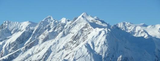 Ośrodek narciarski położony jest u stóp słynnego szczytu Großglockner (3798 m n.p.m.)