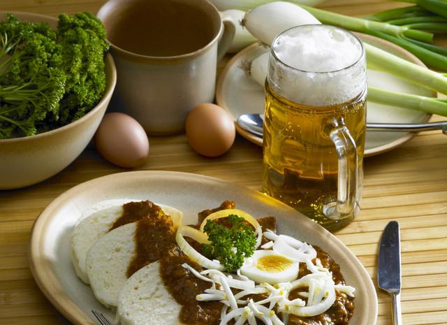 Gulasz z knedlikami i piwem