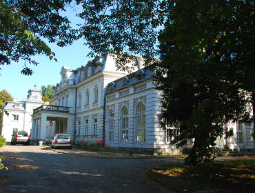 Wokół pałacu w Zaborowie roztacza się pełen pięknych drzew park; jest tu też kanał