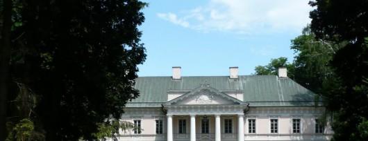 Na tympanonie pałacu widnieje herb Walickich