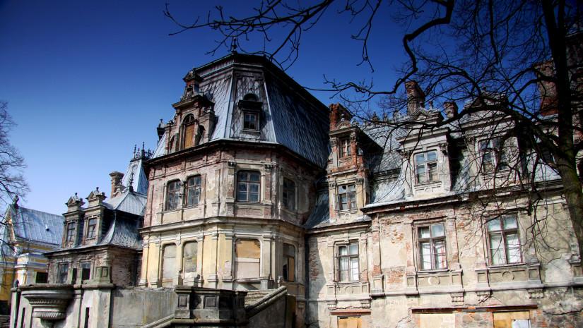 Niszczejący majątek w Guzowie to smutny widok. Pałac czeka na swojego sponsora. Źródło: Wikipedia