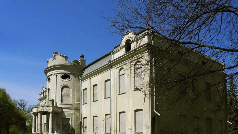 Niestety nie wszyscy doceniają zabytki w ich klasycznym wydaniu - pałac w Nowym Mieście czeka na remont. Źródło:Wikipedia
