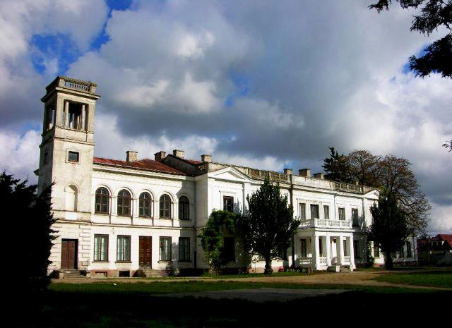 Pałac w Sannikach nawiązuje swym stylem do włoskich willi (charakterystyczna wieżyczka przy jednym ze skrzydeł budynku)
