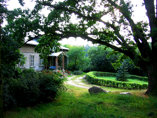 Dworek w Radachówce i jego ogród zachwycają sentymentalnym klimatem. Źródło: www.edukacjaregionalna.republika.pl