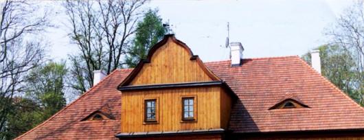 Modrzewiowy dwór w Paplinie - wejście od ogrodu. Źródło: www.wegrowliwiec.pl