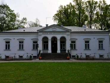 Czarnoleski dworek Jana Kochanowskiego. Źródło: www.cyfrowyczarnolas.pl/