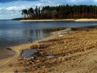 Zalew w Nieliszu już niedługo ma się stać oferującym szereg atrakcji kąpieliskiem z prawdziwego zdarzenia (www.roztocze.net)