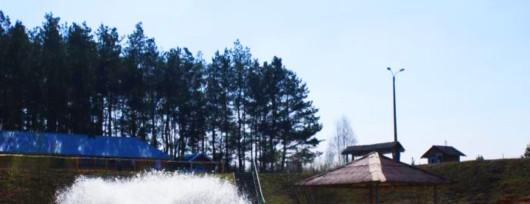 Fontanna na jeziorze w Kącku. Źródło: www.kapielisko.com.pl