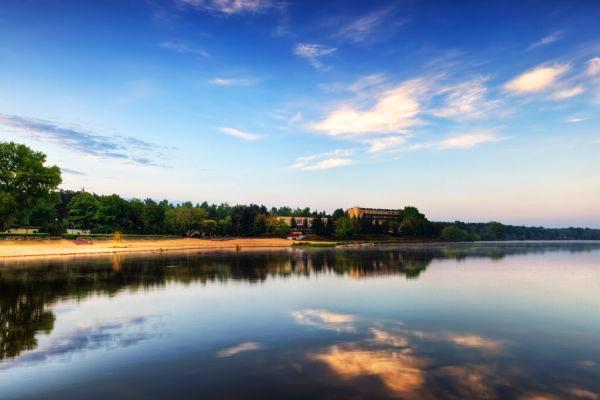 Rynia - ustronna plaża i czysta woda w Zalewie Zegrzyńskim. Źródło: www.jezioro.zegrzynskie.pl
