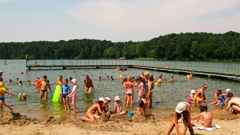 Jezioro Soczewka pod Płockiem to raj dla dzieci i wędkarzy (źródło: www.pojezierzegostyninskie.pl)