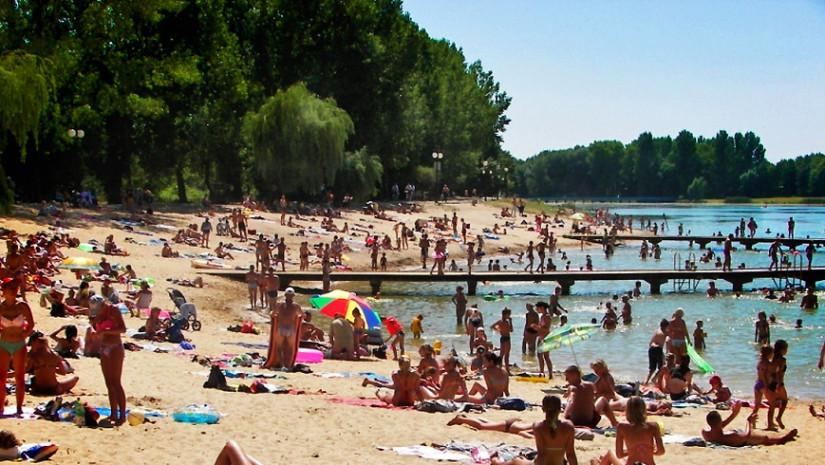 Zalew na Osiedlu Borki w Radomiu otoczony jest plażą i drzewami
