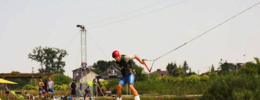 Zabawa w wakeparku w Krubinie niedaleko Legionowa (źródło: www.wakeart.pl)