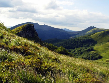 Tarnica po lewej (ta z charakterystyczną przełęczą)