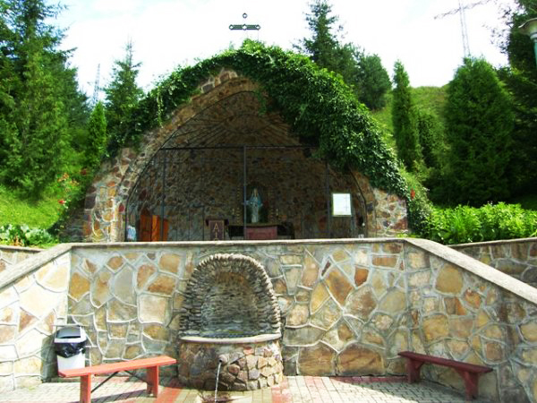 Kapliczka z cudownym źródełkiem w Zwierzyniu (źródło: www.olszanica.pl)