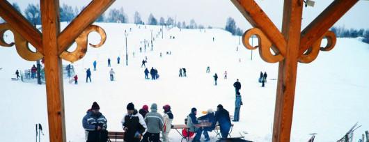 Widok z baru na górkę w Celejowie pod Kazimierzem Dolnym (źródło: www.ski-sport.pl)