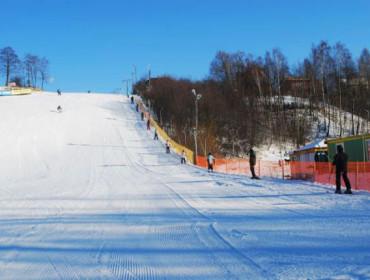 Stok narciarski w Sulowie pod Kraśnikiem jest bardzo szeroki (źródło: www.stok-sulow.pl)