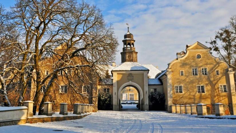Zespół pałacowo-folwarczny w Galinach zimą (źródło: www.palac-galiny.pl)