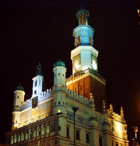 Pięknie oświetlony poznański ratusz nocą (źrodło: www.poznan.pl)
