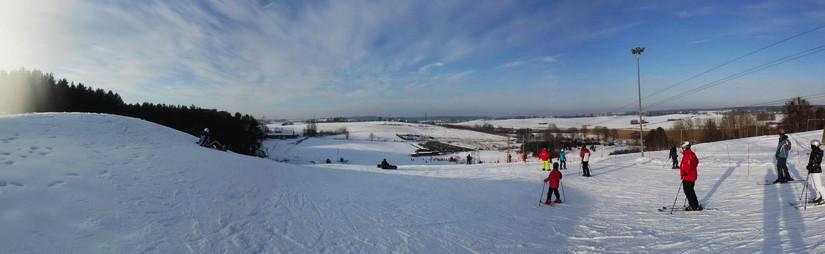 Panoramiczne ujęcie ze stoku Kartasiówka (źródło: www.kartasiowka.pl)