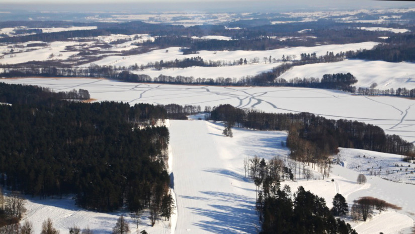 Widok z lotu ptaka na zaśnieżone okolice Mrągowa - raj dla narciarskich biegaczy (fot. T. Kowal)