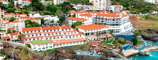 Wkomponowane w skały baseny hotelu Rocamar & Royal Orchid na Maderze - jedna z aktualnych ofert last minute biura podróży Itaka