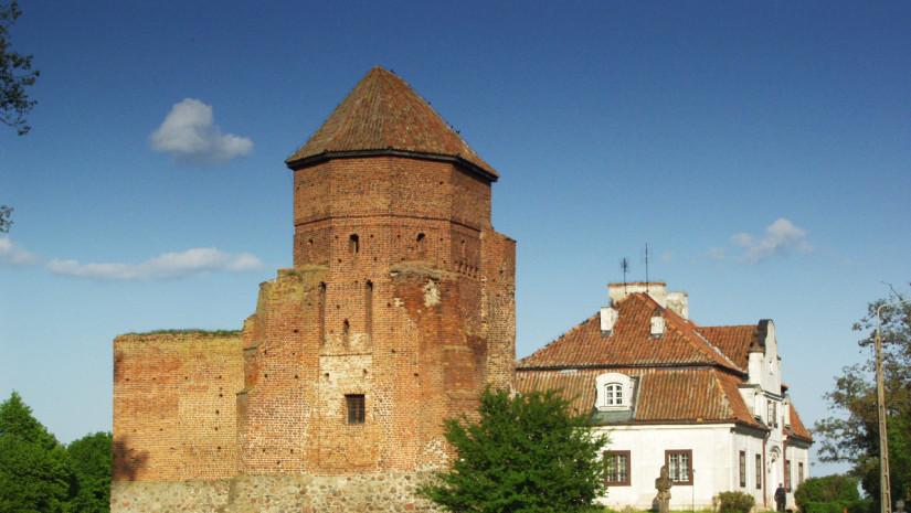 Widok na zamek i dworek od strony rzeki Liwiec (źródło: www.powiatwegrowski.pl)
