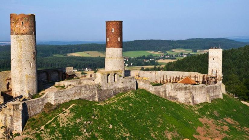 Zamek w Chęcinach wybudowano na wapieniach na planie wydłużonego wieloboku (źródło: www.zamekcheciny.pl)