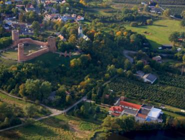 Widok z samolotu na Czersk: po lewej zamek