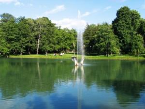 Staw w Parku Reymonta, a na nim fontanna-lilia - pierwsza instalacja z cyklu ''Fontanny dla Łodzi''