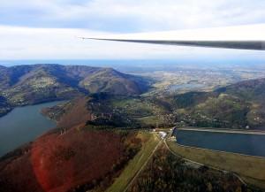 Po lewej Jezioro Międzybrodzkie, po prawej zbiornik wodny należący do elektrowni szczytowo-pompowej Żar-Porąbka