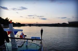 Rejs Jagodowym Rysiem o zachodzie słońca; po prawej Stadion Narodowy