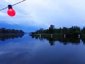 Widok na Kanał Żerański z przystrojonej na imprezę barki