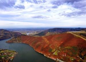 Widok z przeszklonej kabiny szybowca na Górę Żar, Jezioro Międzybrodzkie i okolicę
