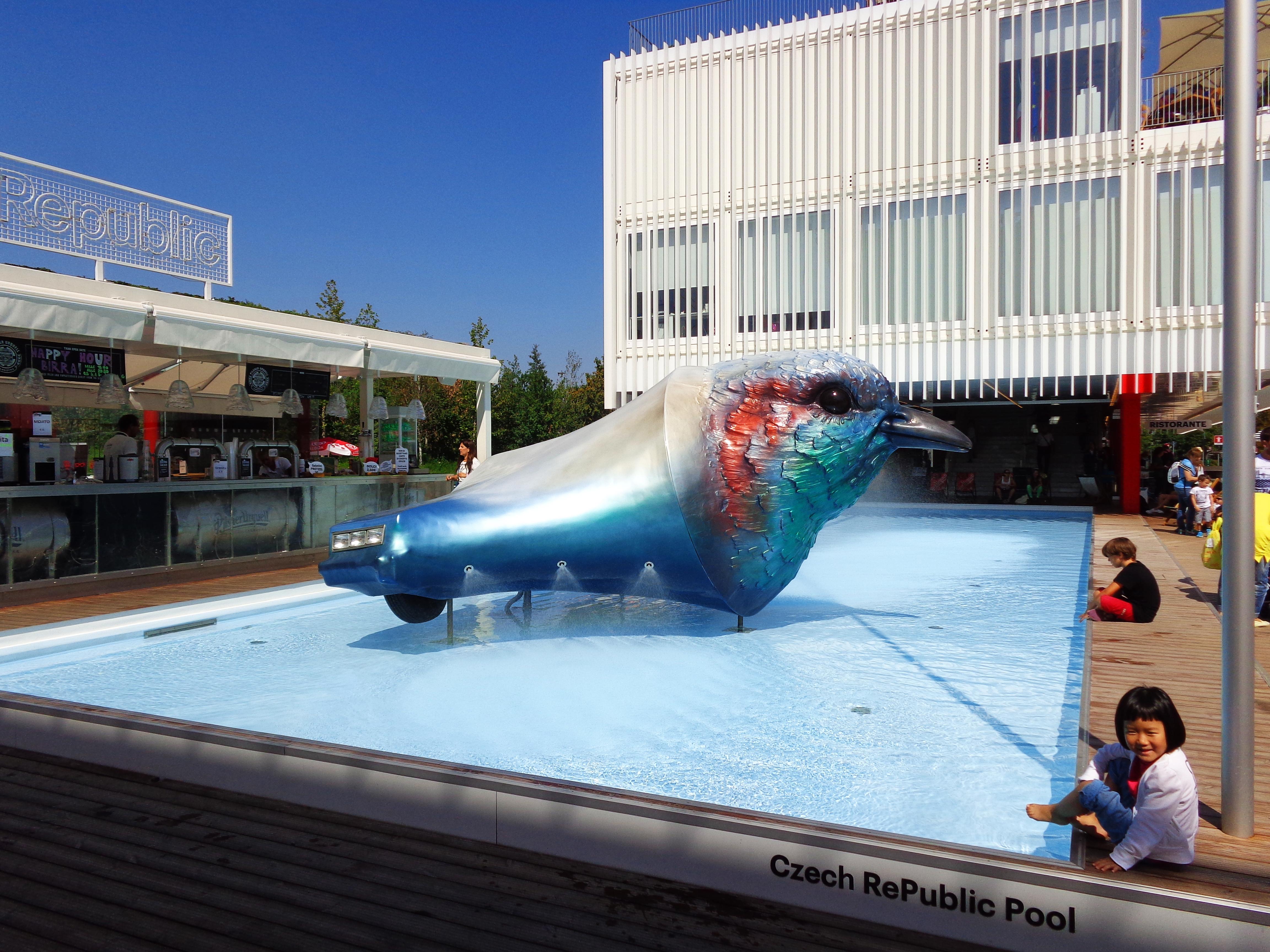 Hojni Czesi szarpnęli się na publiczny basen (Public Pool), z którego od razu skorzystała mała Azjatka. Nic dziwnego – nasi południowi sąsiedzi są w sumie znani z geotermalnych źródeł oraz licznych basenów, zbudowanych w słynnych kurortach (Mariańskie Łaźnie, Karlowe Wary) jeszcze na początku ubiegłego wieku.