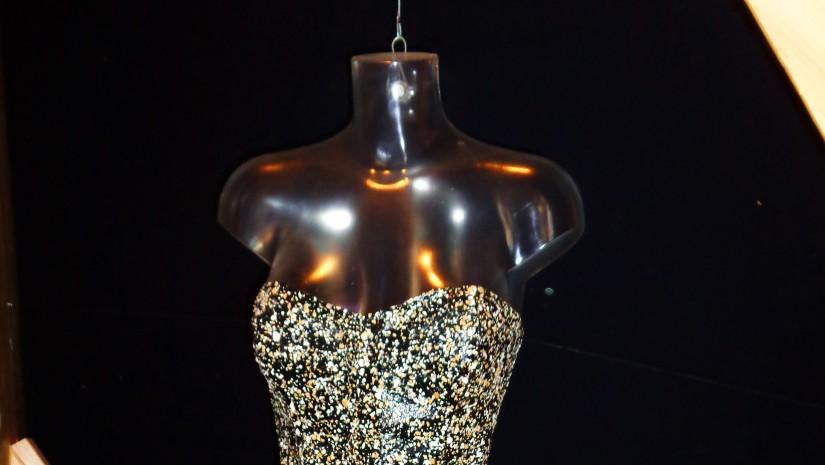 Haute couture w wydaniu eko – koktajlowa sukienka z materiałów wtórnych.