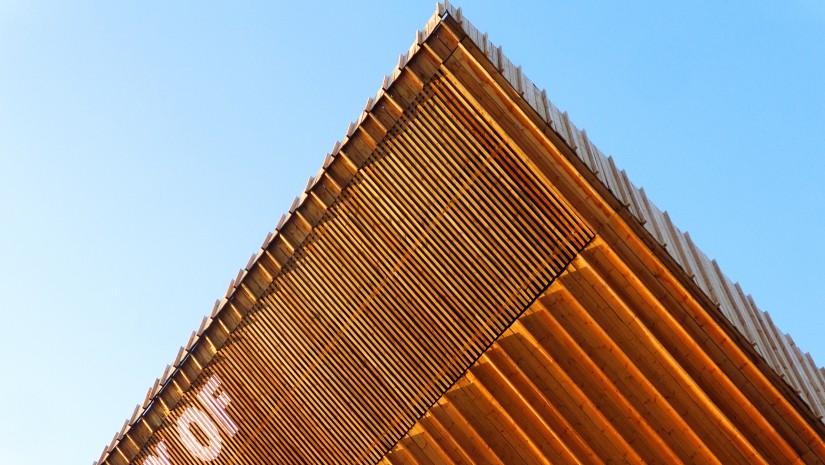 """Estonia niemal cały swój pawilon wykonała z drewna. Powstał 3-piętrowy budynek """"Gallery of Estonia"""", składający się z dostawionych do siebie, drewnianych modułów."""